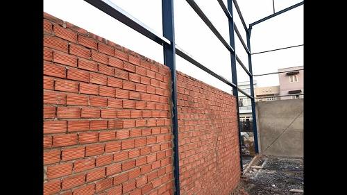 liên kết cột thép với tường xây