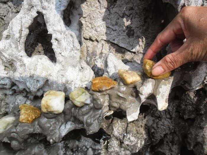 Gắn đá cuội lên trên bề mặt non bộ để tạo lối đi trang trí